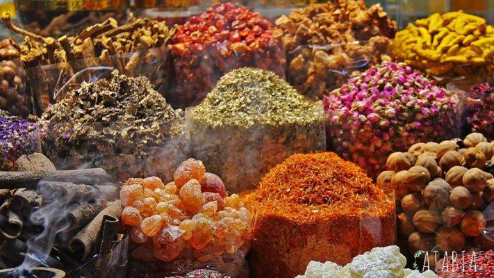Etal coloré d'Épices et condiments du Maroc
