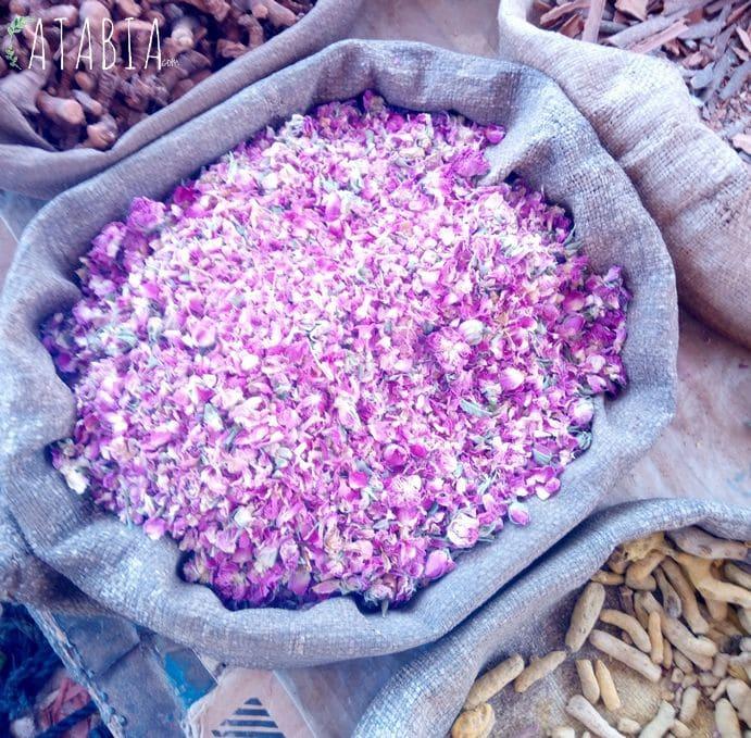Fleurs de boutons de roses en épices au Maroc