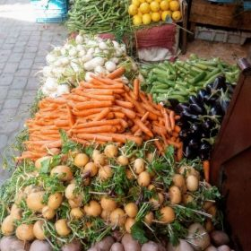 Etal de fruits et de legumes rue de Marrakech dans la médina