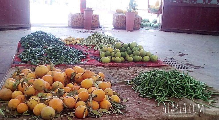 Etalage sur marché de marrakech au maroc de fruits et de legumes