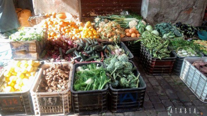 Vente dans la médina de Marrakech de légumes et fruits en étal