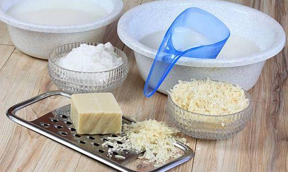 Matériel pour fabriquer la lessive au savon de Marseille râpe, bicarbonate de soude , eau , récipients , savon de Marseille authentique