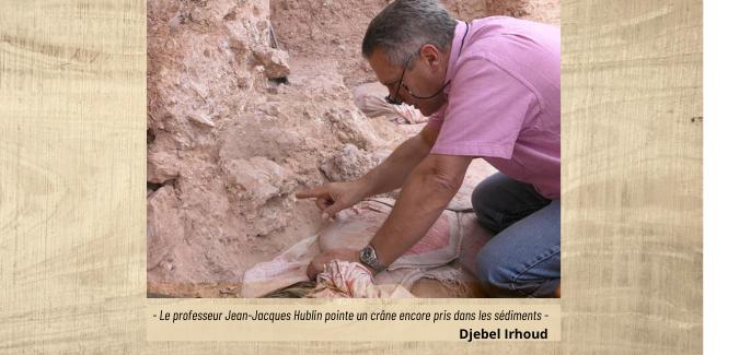 Le professeur Jean-Jacques Hublin pointe un crâne encore pris dans les sédiment sur le site de Jebel irhout